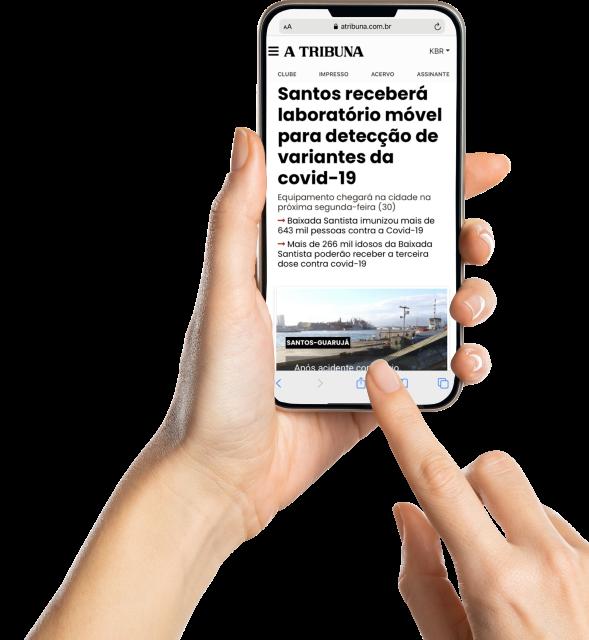Mãos segurando um celular, com o jornal A Tribuna Digital sendo exibido na tela