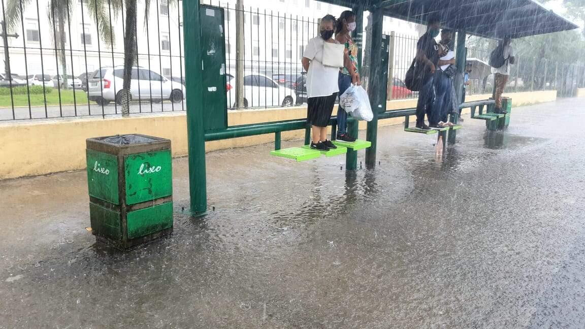 Volume de chuva provocou transtornos em diversos pontos de Santos