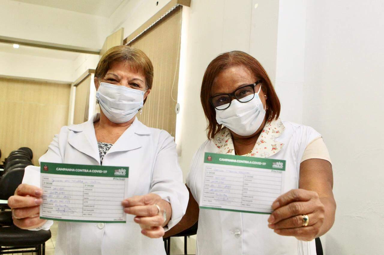 Zenira e Sônia Maria após receberem a primeira dose da CoronaVac