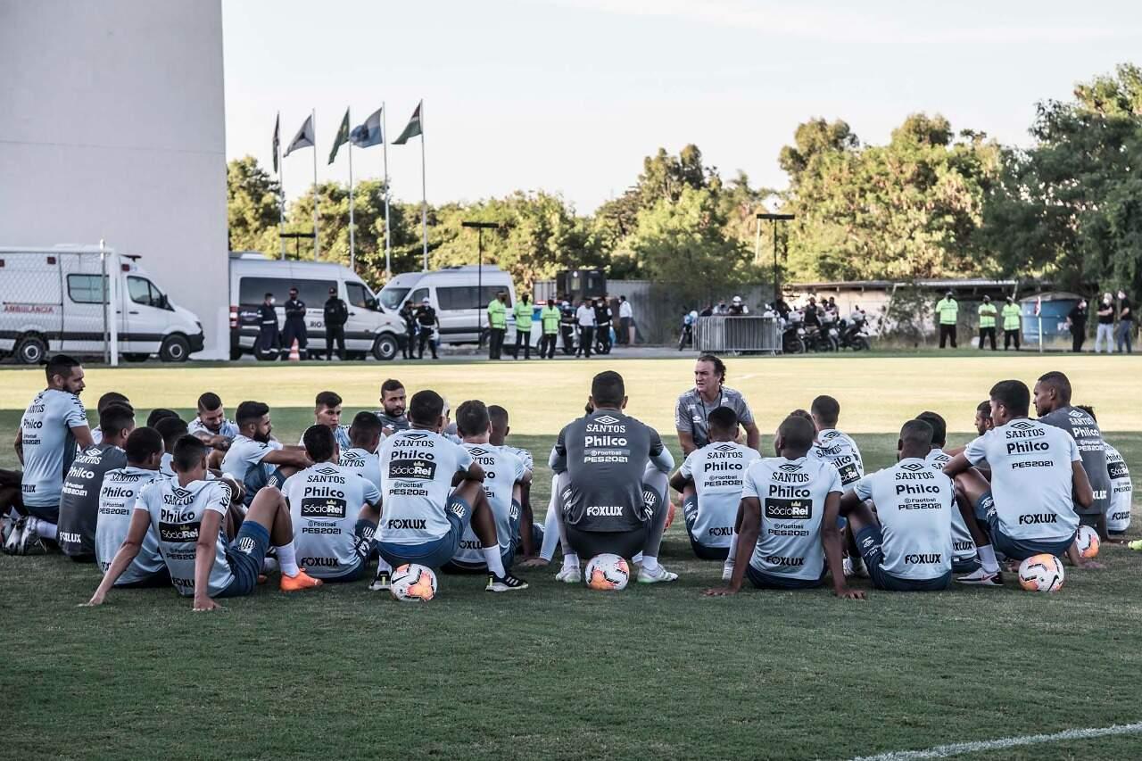 Cuca se reúne com elenco no gramado do CT do Fluminense, nesta quarta-feira