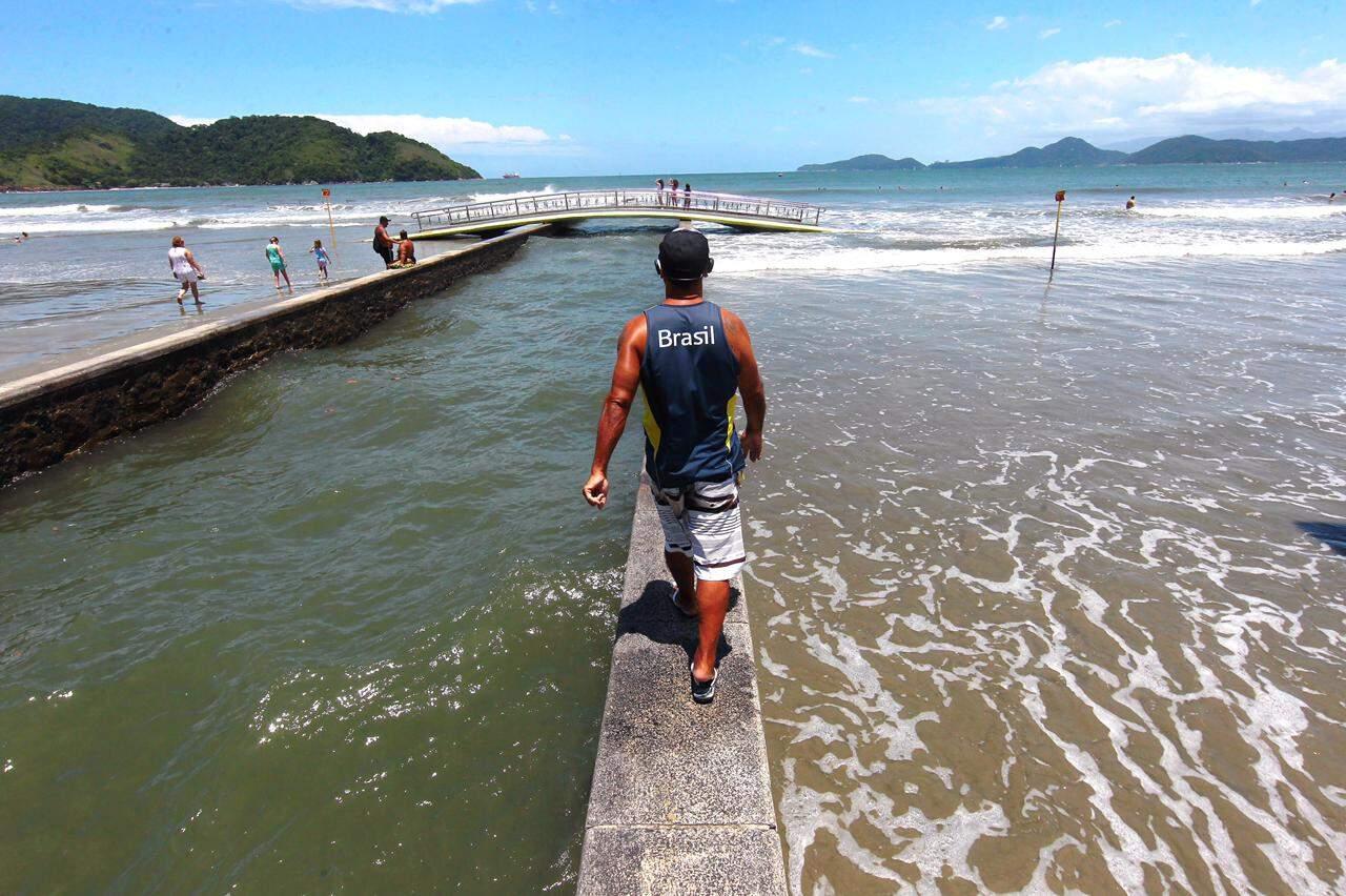 Água tomou conta da faixa de areia da praia de Santos