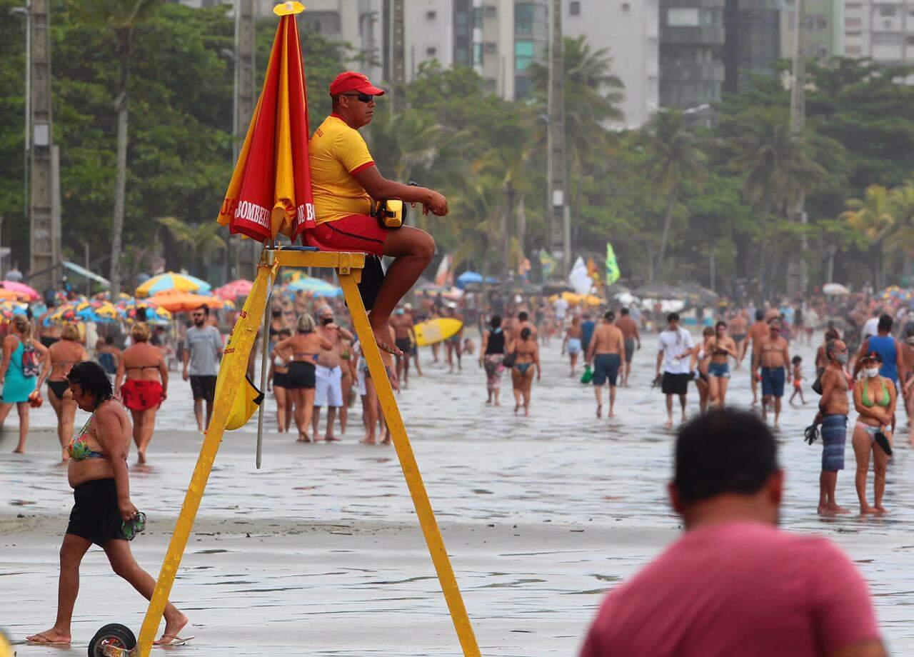 Guada-vidas observa banhistas durante a tarde deste domingo, em Santos