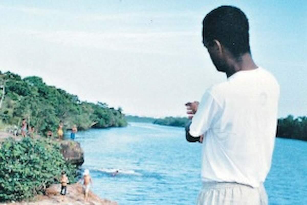 Durante a reconstituição, Douglas aponta onde deixou corpo de uma das vítimas em São Vicente