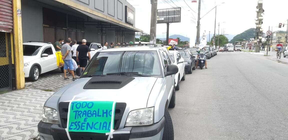 Protesto foi marcado na Avenida Antônio Emmerick, em São Vicente.