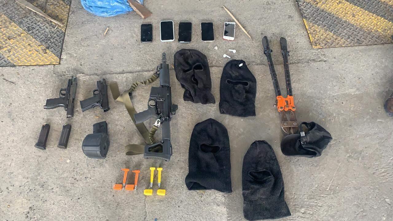 Também foram encontradas armas no interior do veículo