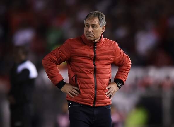 Treinador do Independiente, Ariel Holan virou opção para assumir o Santos no ano que vem