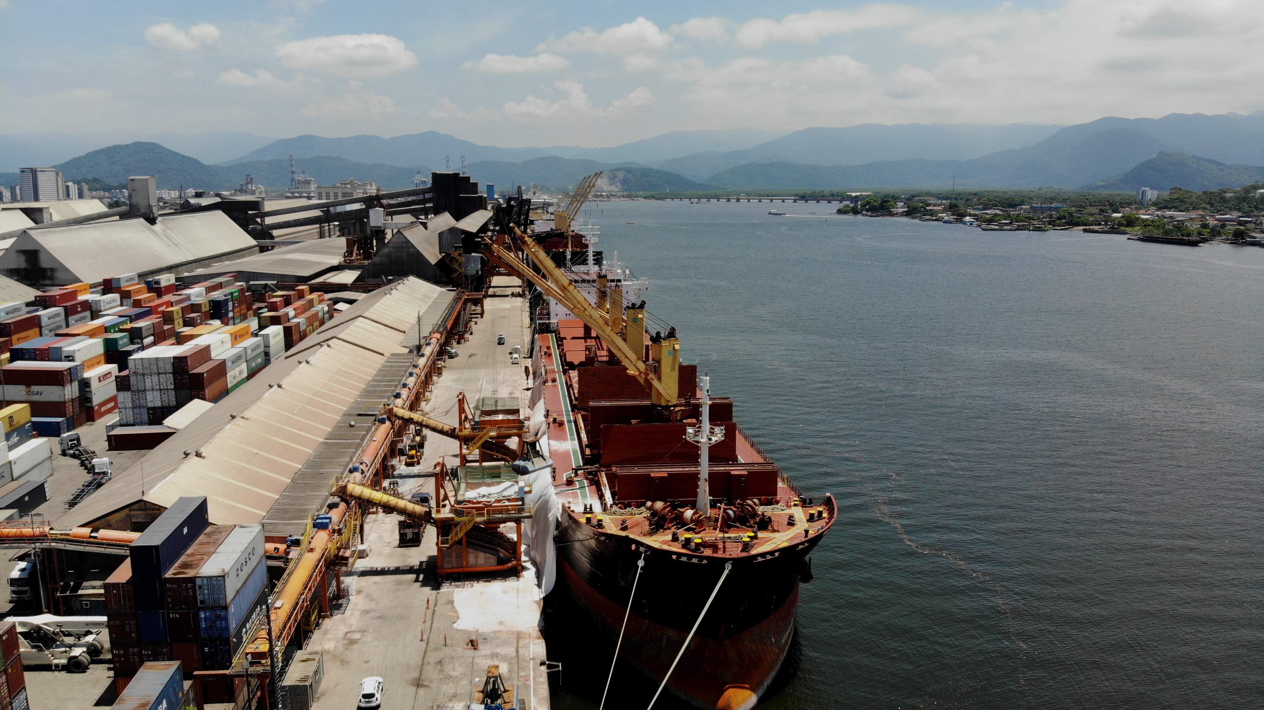 Carregado com fertilizantes, o navio Rook atracou no Porto na última sexta-feira (11)