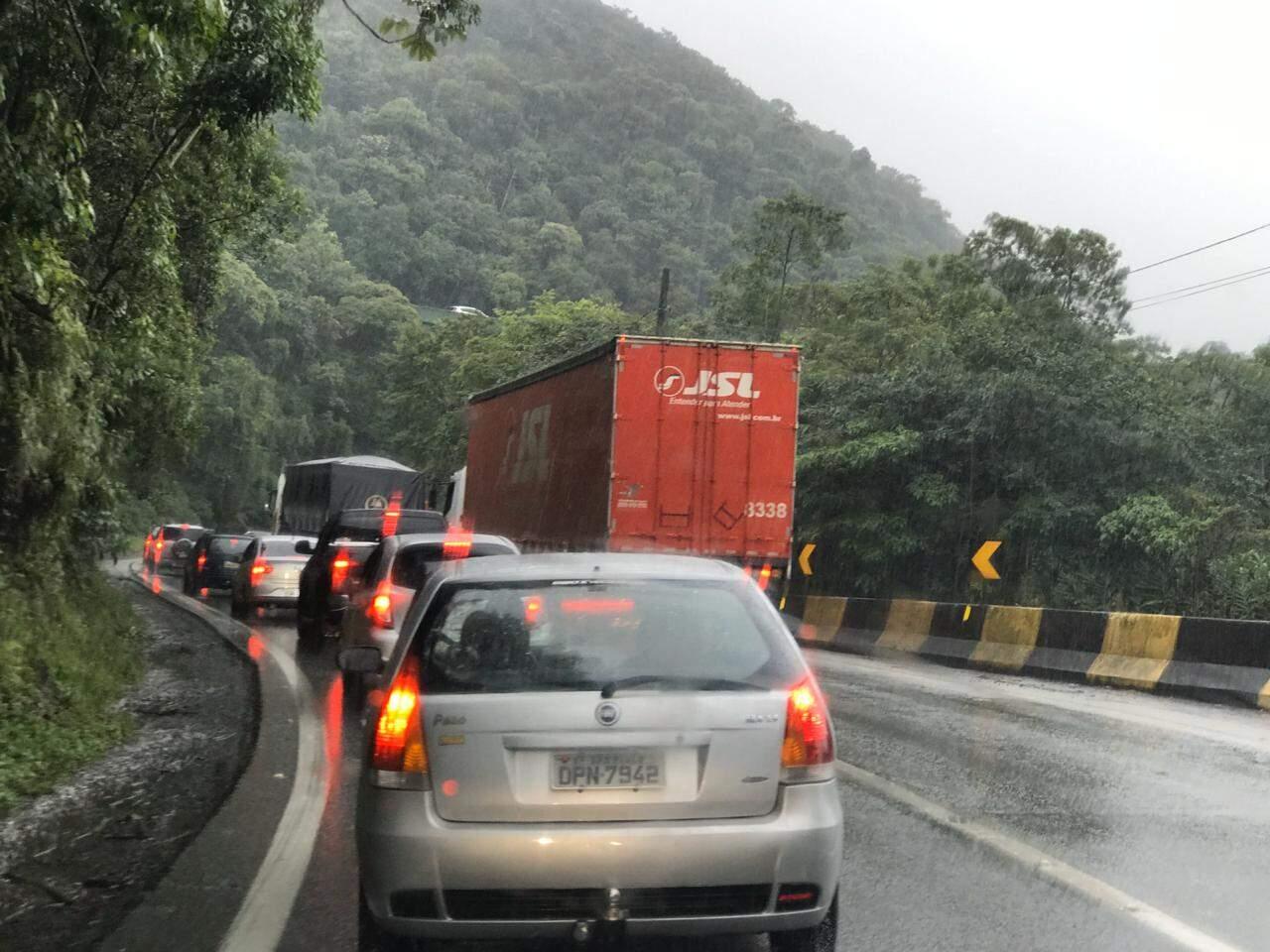 O acidente já provoca lentidão superior a dois quilômetros na via