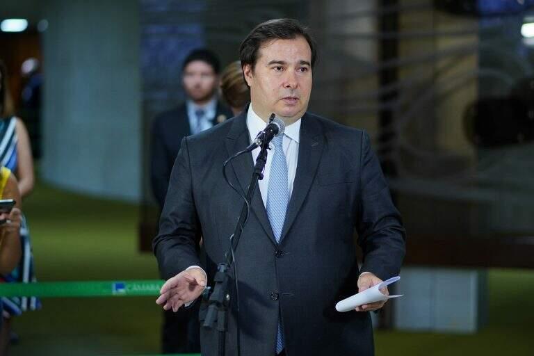 Maia disse que deputados e senadores estão abertos para dialogar sobre reduções de salários