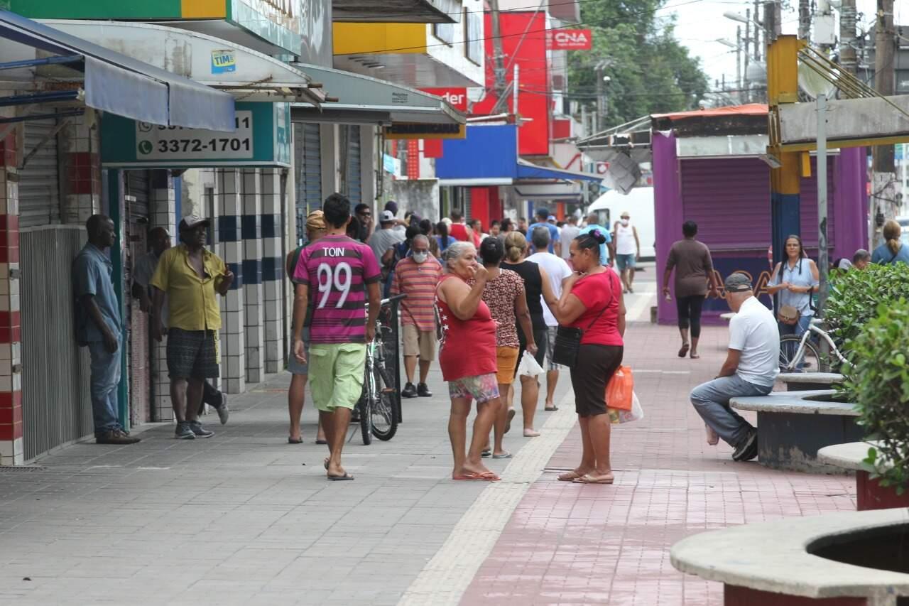 Comércio no Centro de Cubatão nesta quarta-feira (15)