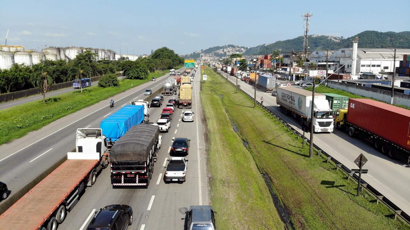 Proposta visa permitir maior tráfego de caminhões durante a noite