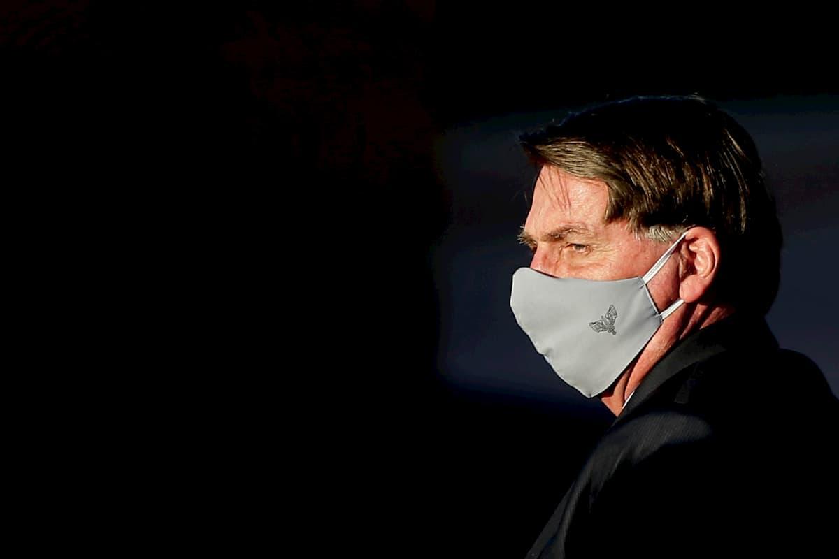 Presidente vetou obrigatoriedade de uso de máscaras em templos, comércios e escolas