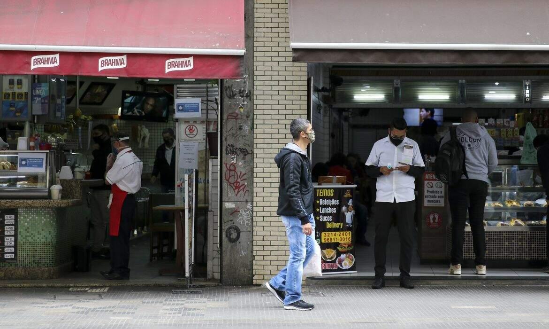 Cidades da capital paulista e Baixada Santista poderão abrir bares e restaurantes até 22h
