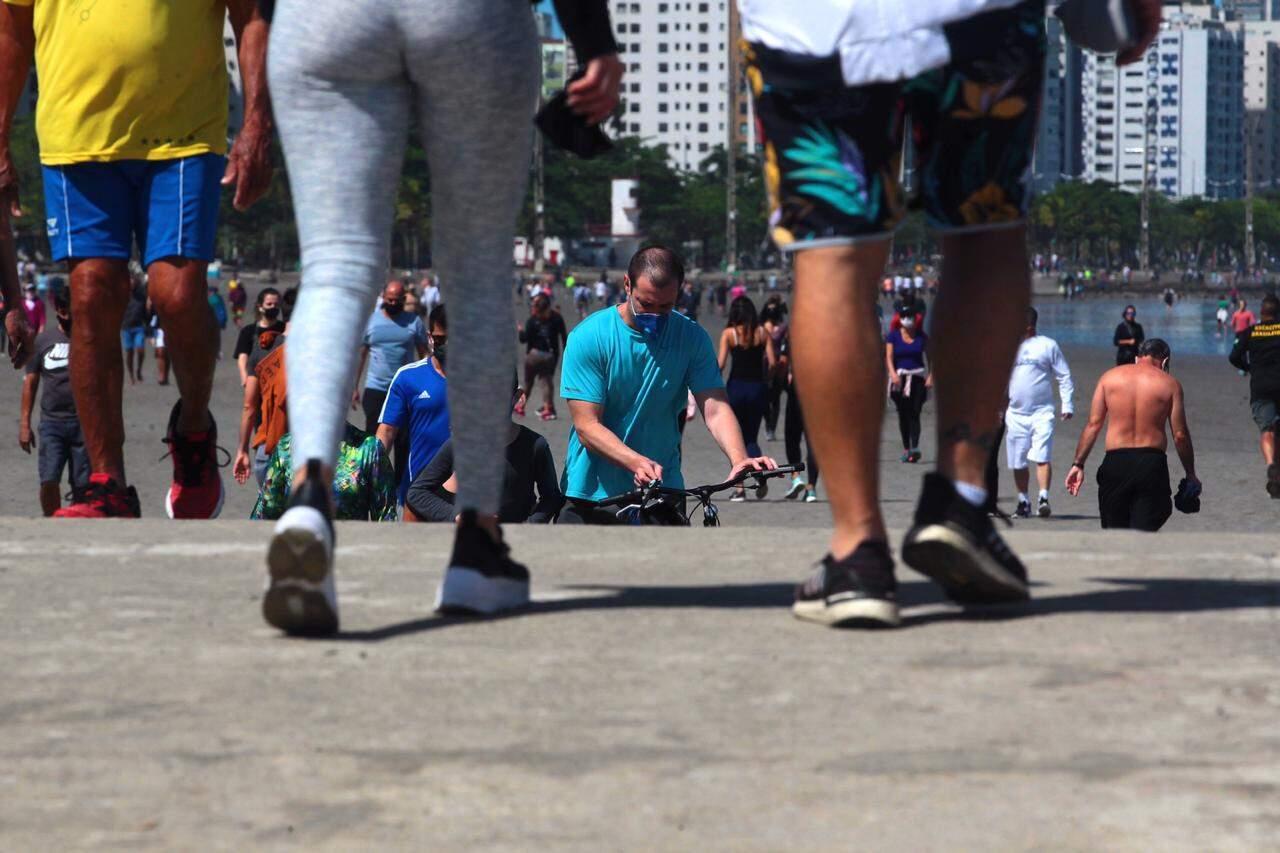 Centenas de pessoas estiveram nas praias de Santos neste domingo (23)