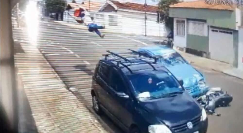 Depois da colisão, corpo da vítima ainda bateu em outro veículo estacionado