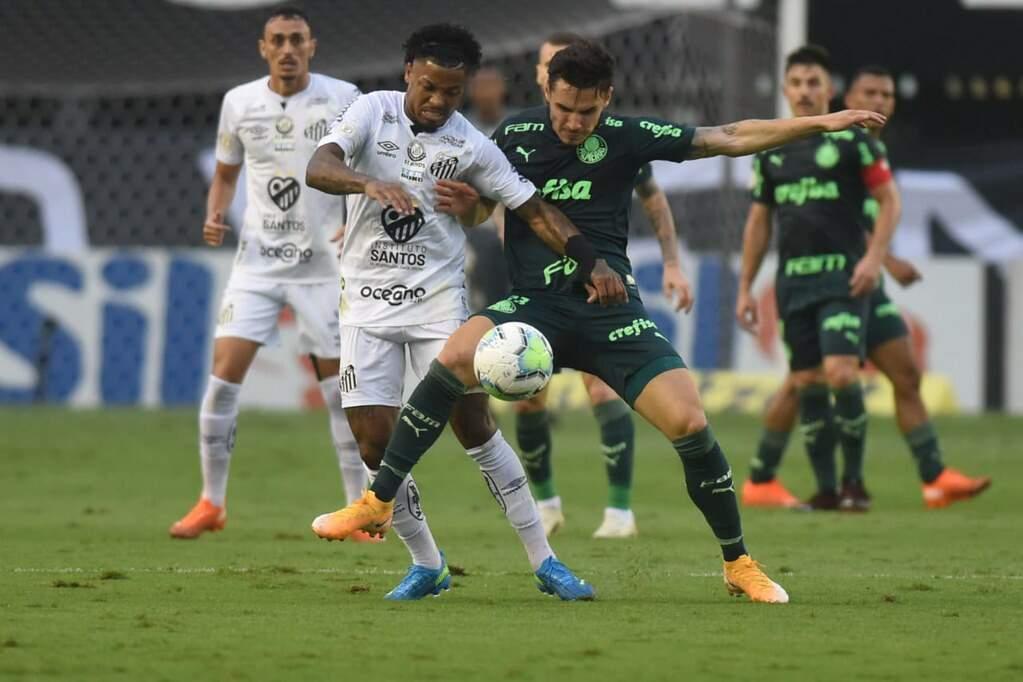 Marinho e Raphael Veiga em disputa: os dois marcaram no clássico