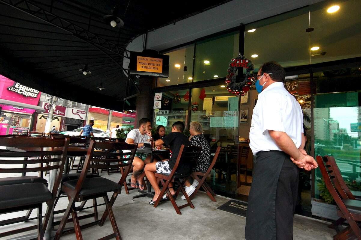Bares deverão fechar as portas até 20 horas; restaurantes, até 22 horas
