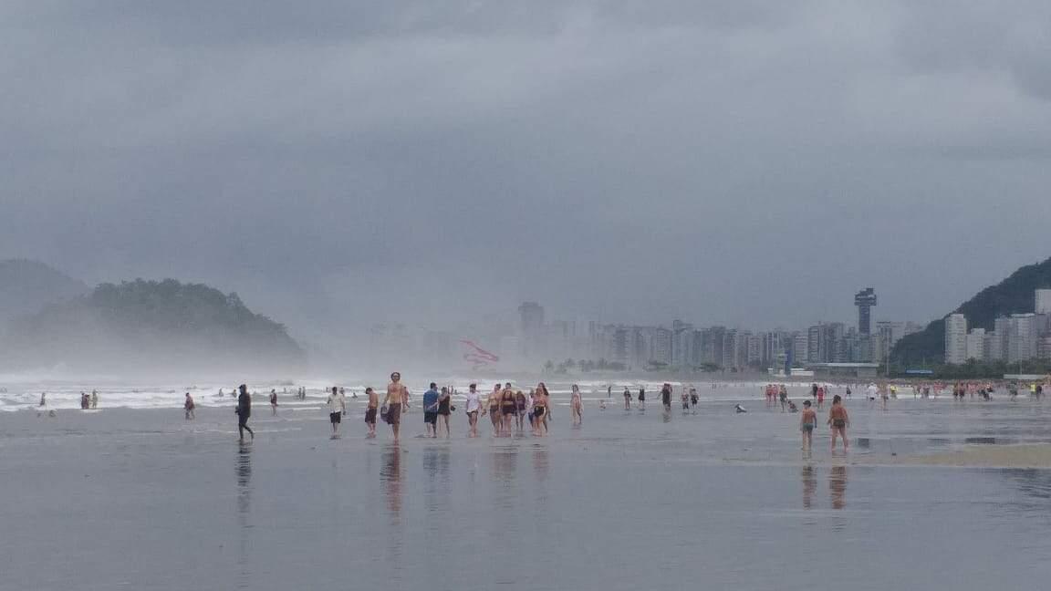Banhistas foram vistos fazendo caminhada e exercícios na praia de Santos