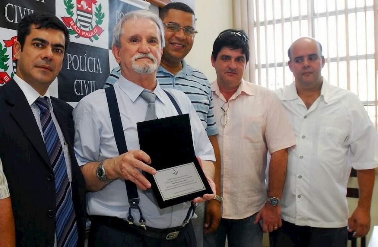 Gonçalves recebe homenagem feita por um grupo de amigos por ocasião de sua aposentadoria, em 2010.