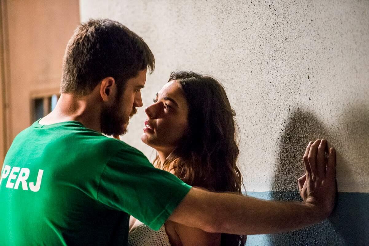 Zeca (Marco Pigossi) não resiste e beija Ritinha (Ísis Valverde) na prisão