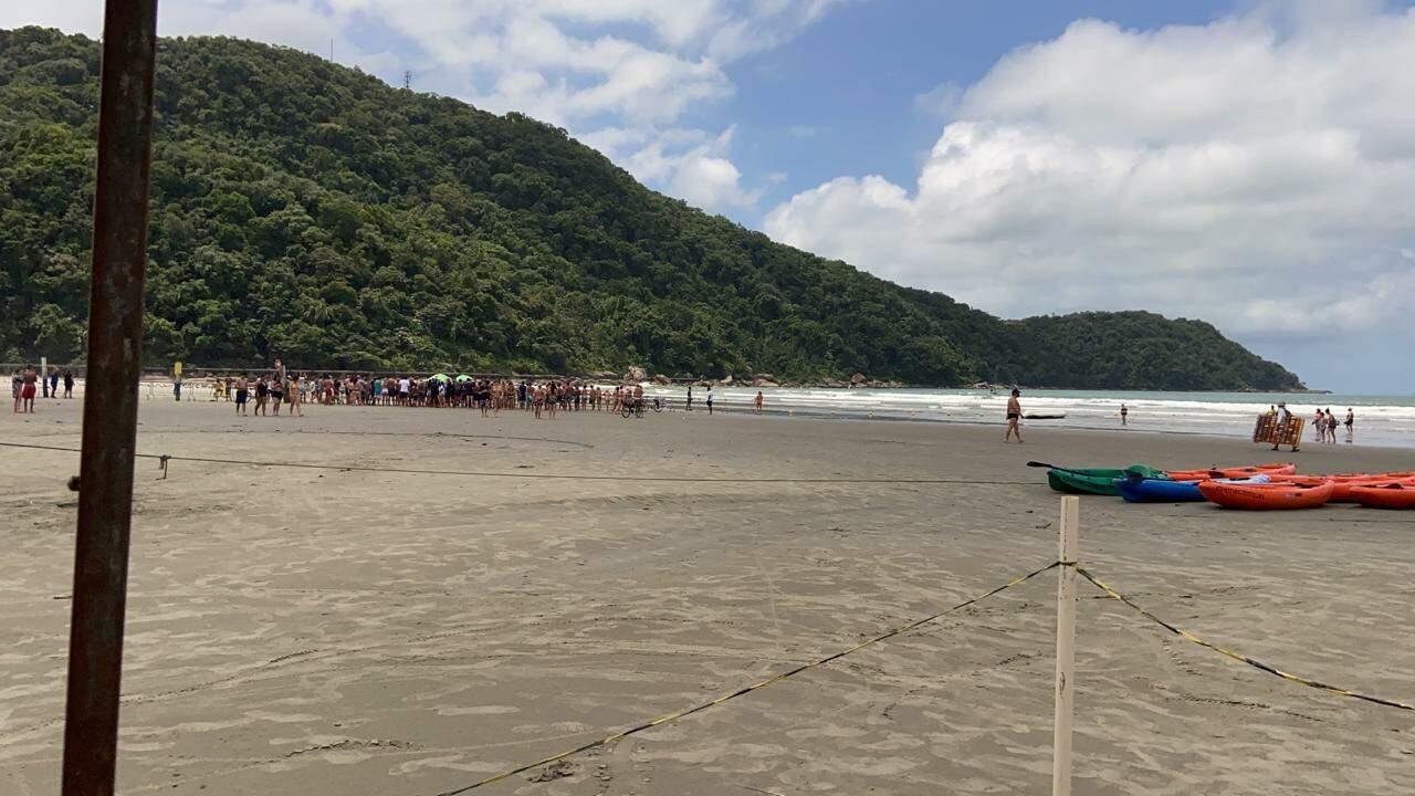 Grupo de pessoas se aglomeraram na praia do Canto do Forte para se encontrarem com Bolsonaro