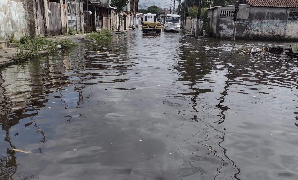 Rua costuma encher quando a maré está alta ou quando chove, segundo uma moradora