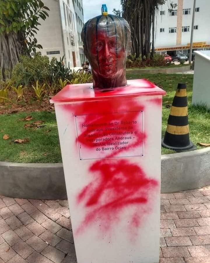 Busto Roberto Andraus, em Praia Grande, foi pichado