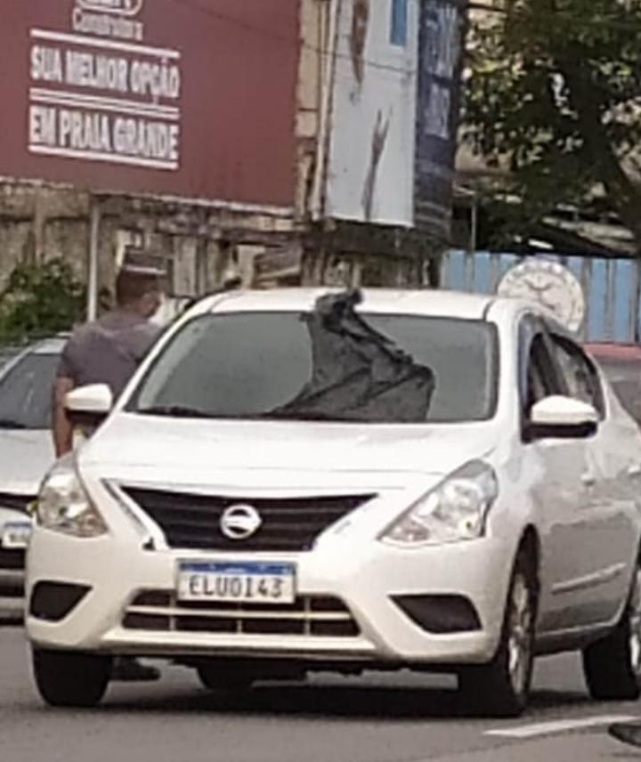 Ferido, guarda parou o carro em frente a um posto de combustíveis na Avenida da praia, em São Vicente