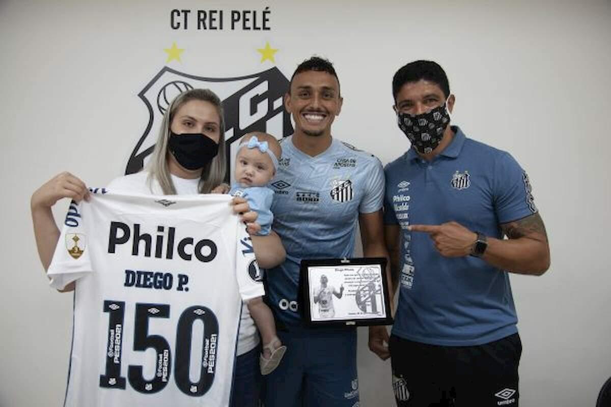 Pituca recebeu homenagem ao lado da família e do ex-jogador Renato