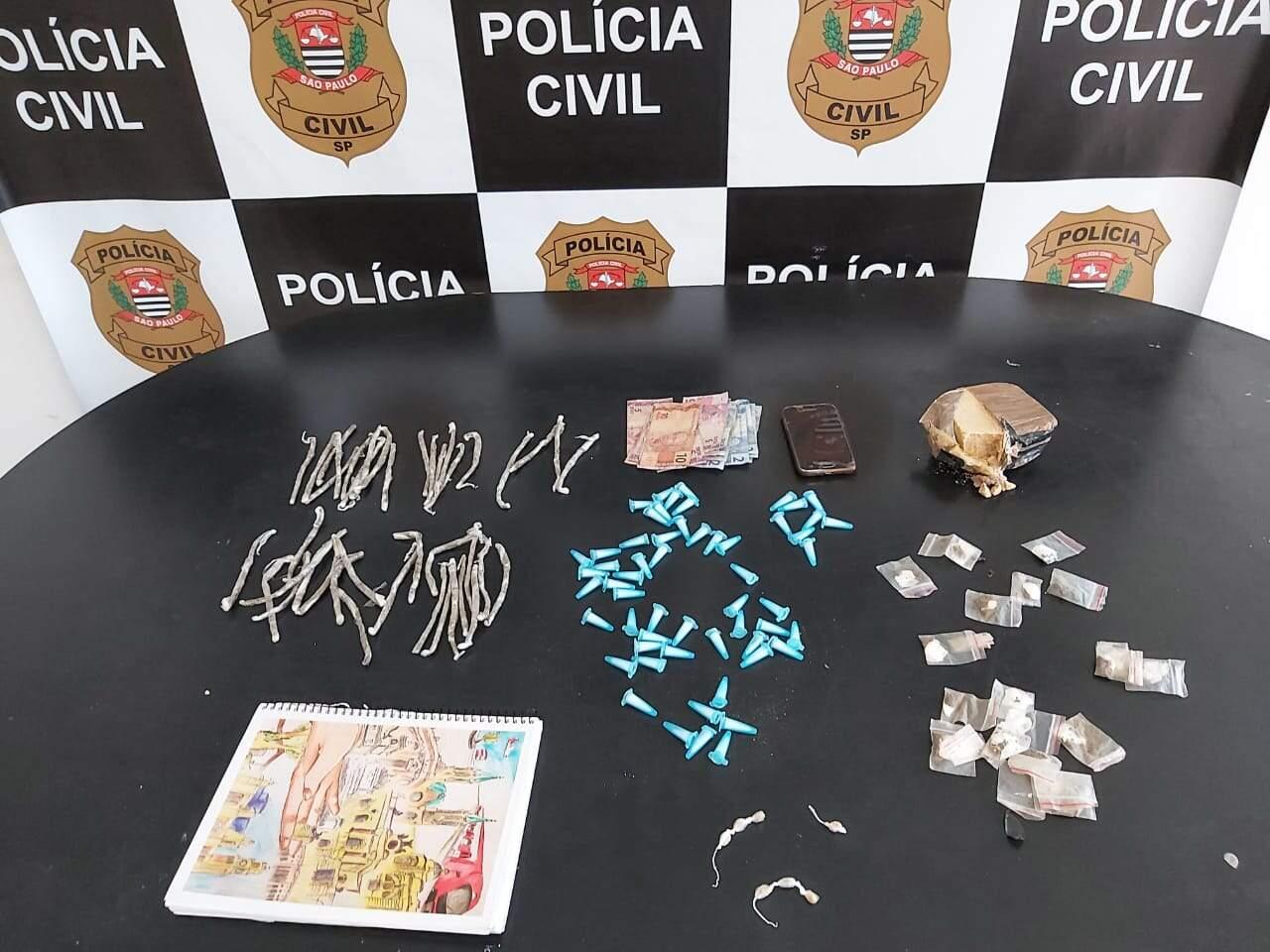 Além de porções de maconha, pinos de cocaína e pedras de crack, foi apreendido dinheiro e anotações