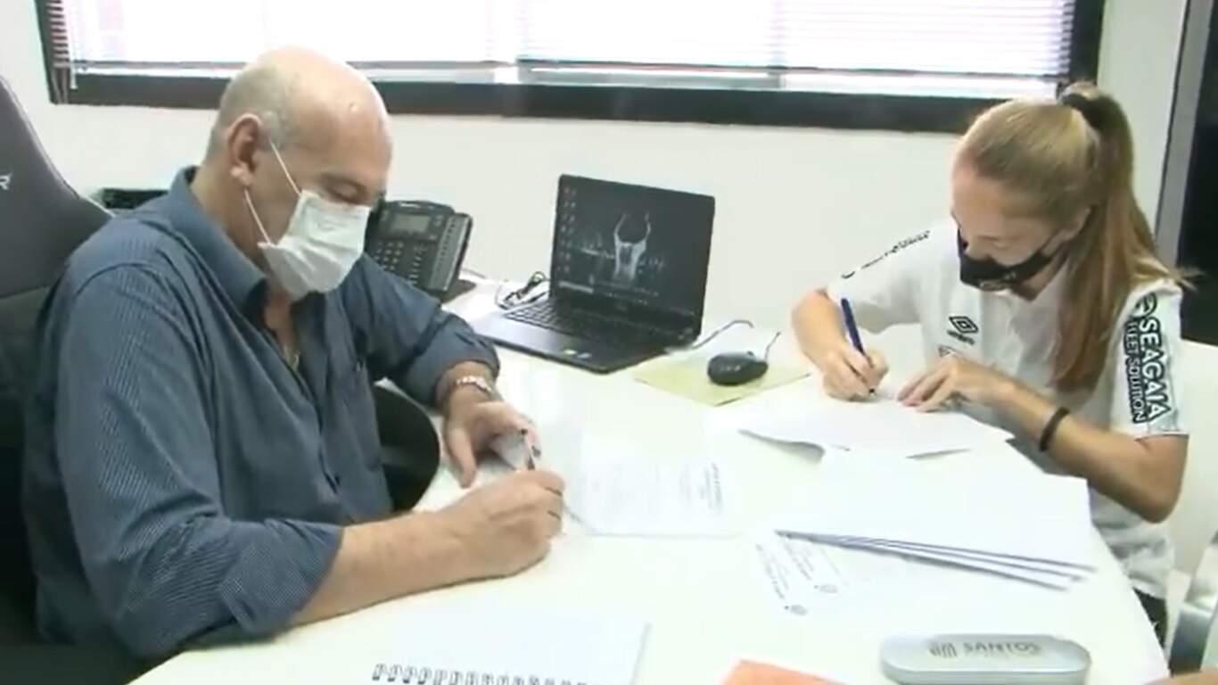 Ketlen ao lado do presidente Andrés Rueda no ato da renovação do contrato com o Santos