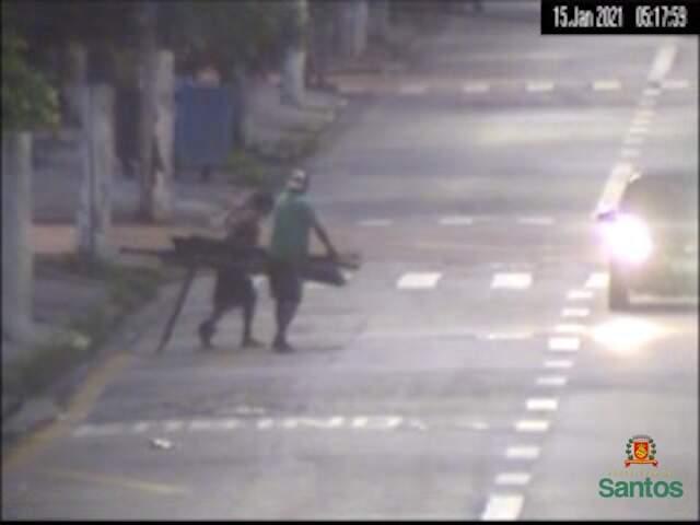 Suspeitos de furtar portão são flagrados pelas câmeras do Centro de Controle Operacional
