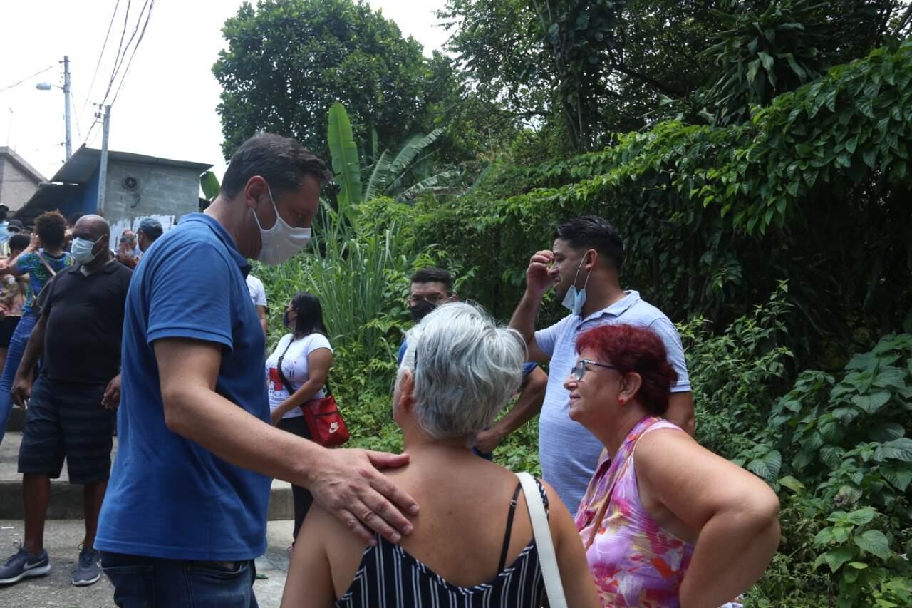 O prefeito Rogério Santos esteve no local acompanhado de técnicos da Defesa Civil e de secretarias
