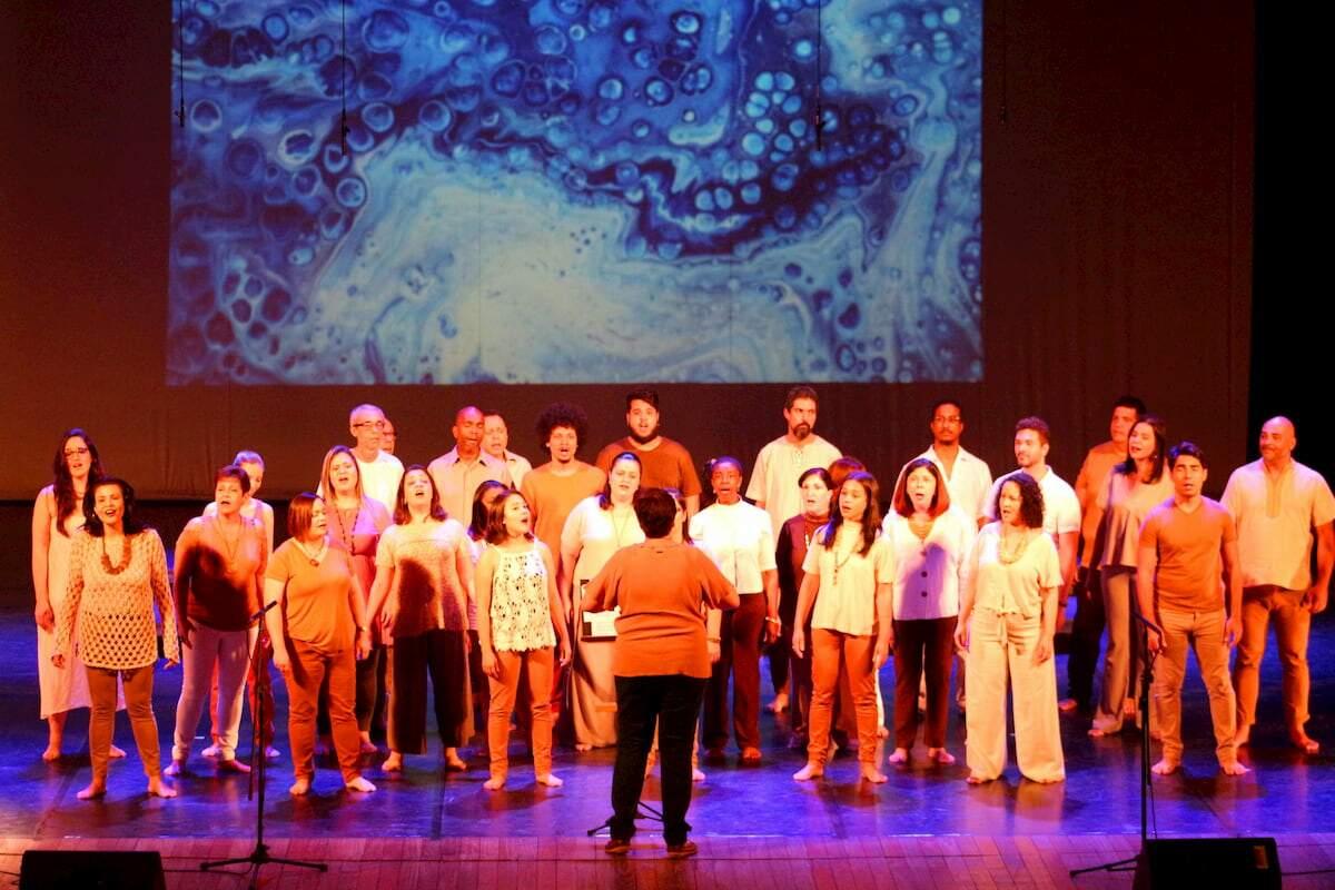 Ao final das aulas será editado um videoclipe com todos os alunos e os cantores do coral
