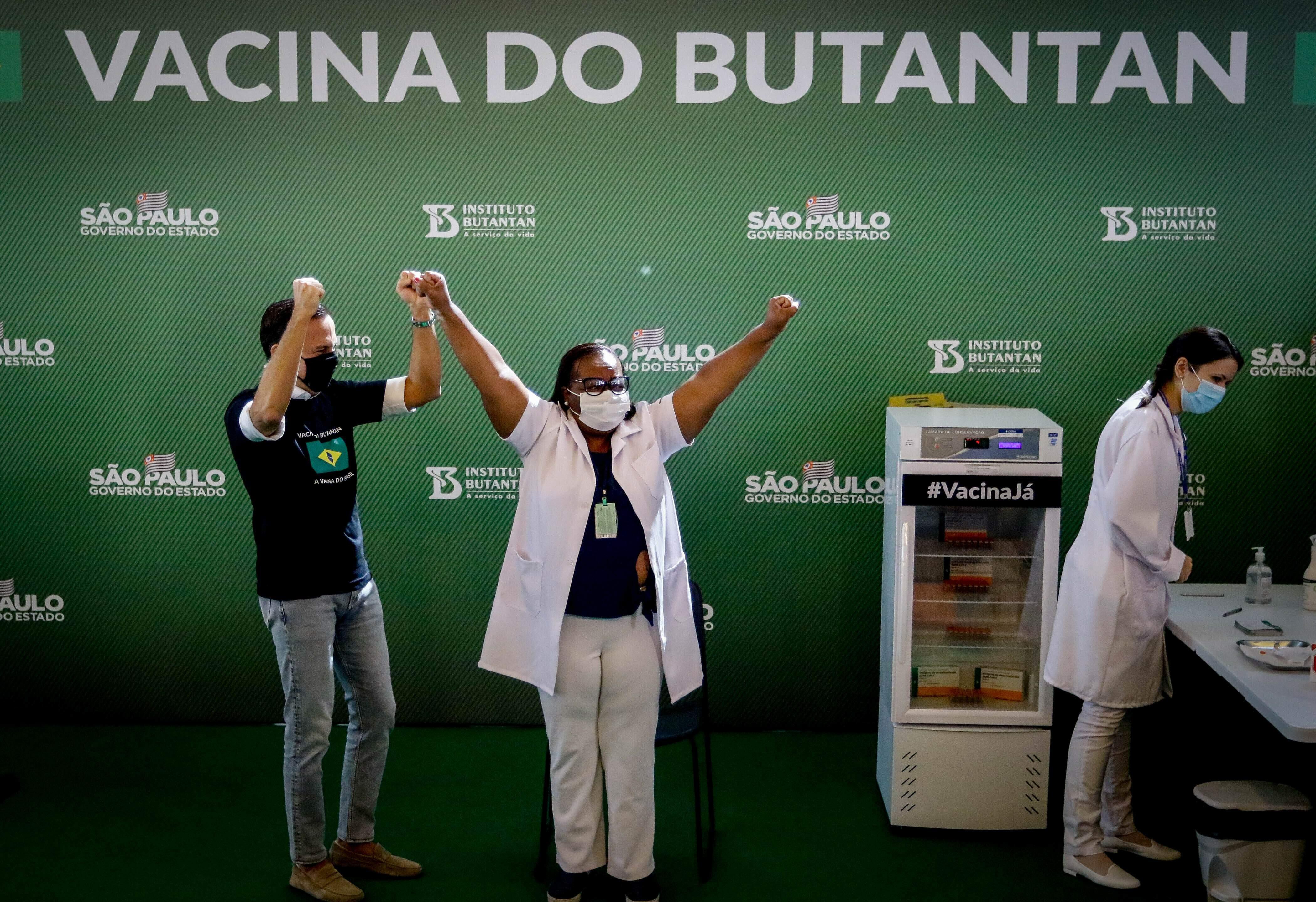 Mônica Calazans é a primeira mulher vacinada no Brasil