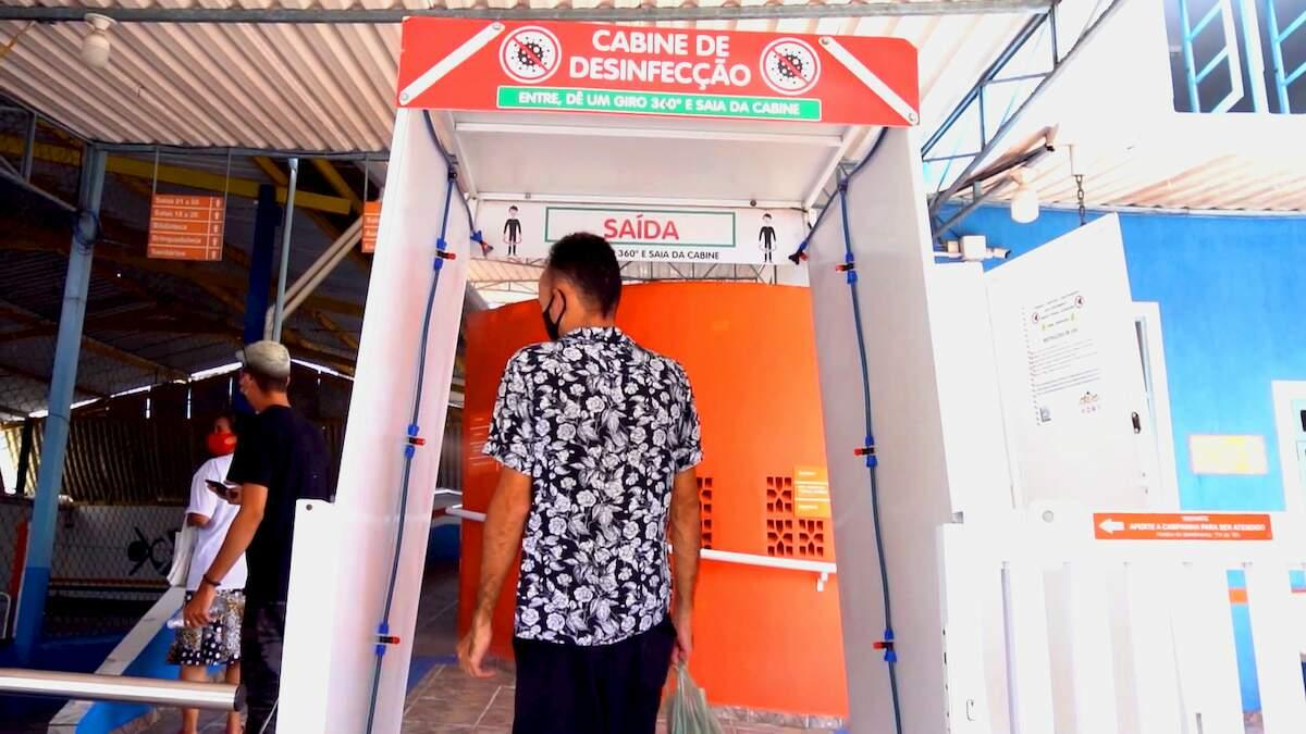 Para reforçar as medidas de prevenção foram disponibilizadas cabines de desinfecção