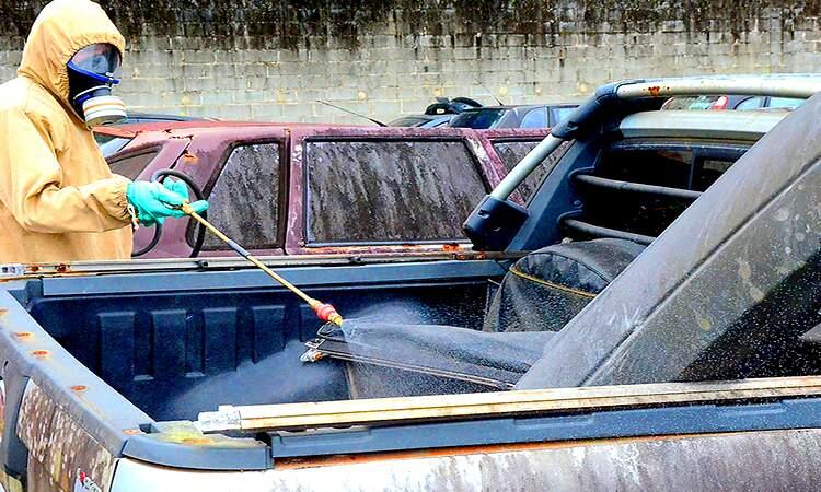 Inseticida foi aplicado nos veículos deixados no pátio e locais que acumulam água