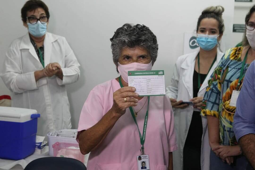 Maria das Graças recebeu a primeira dose da CoronaVac em Cubatão