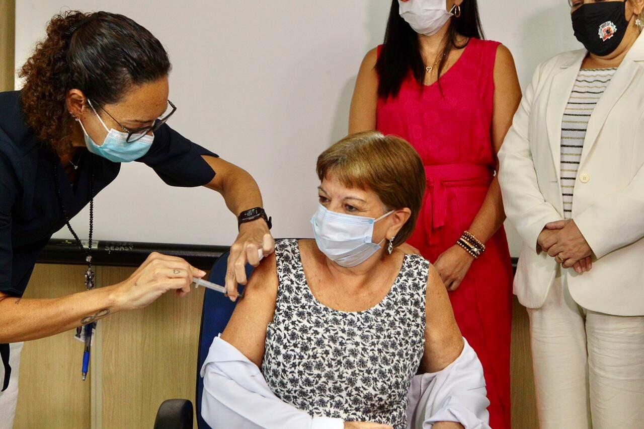 Momento em que Zenira recebe a dose da vacina contra a covid-19