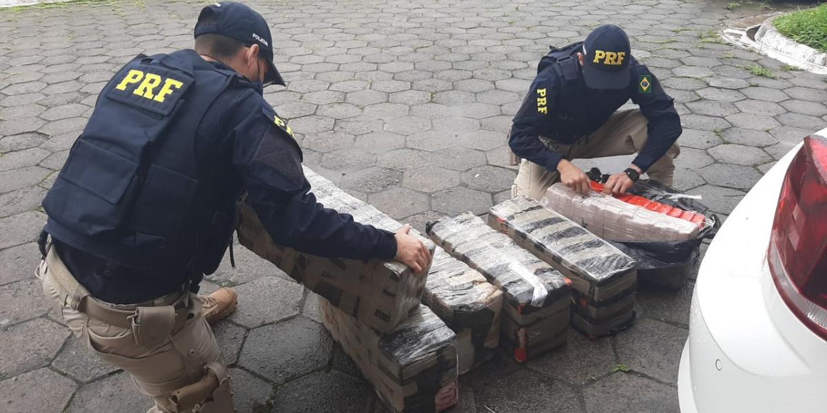 Carga de 200kg de maconha foi encontrada em carro roubado na Régis Bittencourt