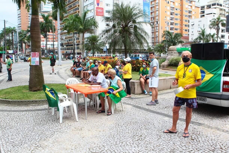 Manifestação ocorreu na Praça da Independência, em Santos