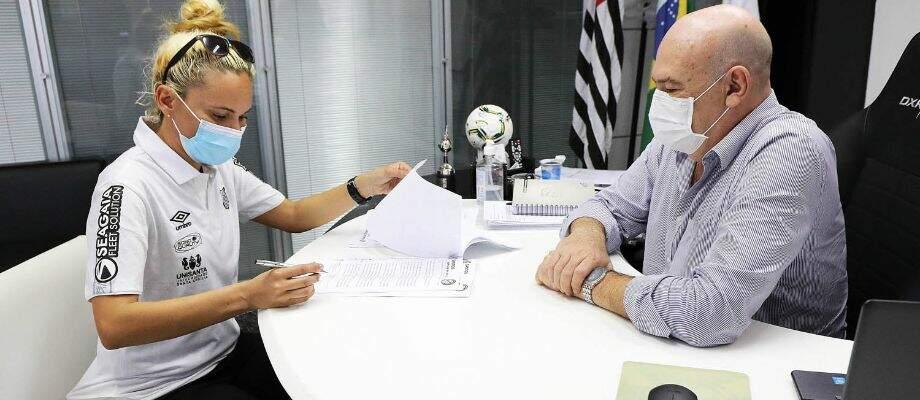 Treinadora assinou contrato nesta manhã com o presidente do Santos FC
