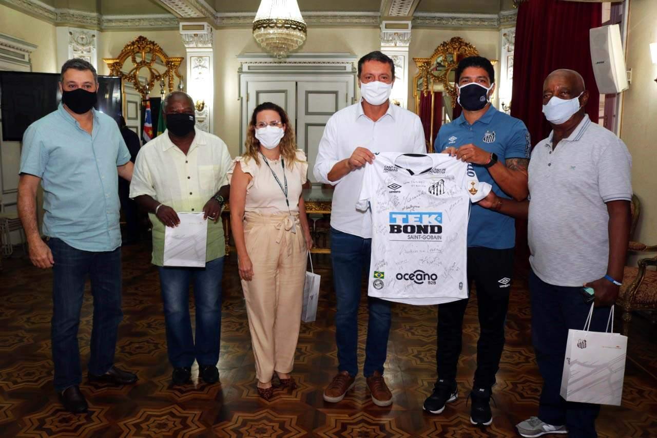 Camisa autografada foi entregue ao prefeito Rogério Santos