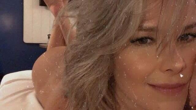 Atriz de 42 anos assumiu os cabelos grisalhos
