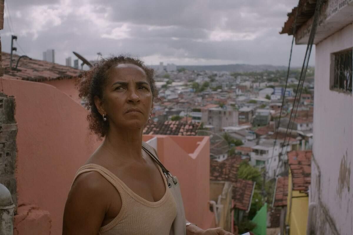 A atriz Luciana Souza vive uma mãe em busca de sua filha, uma mulher trans que está desaparecida