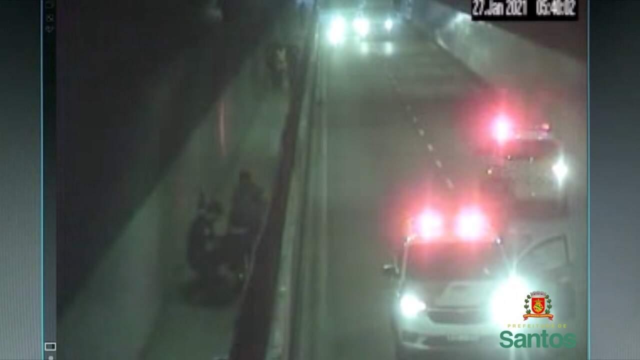 Três pessoas foram detidas, ainda com uma das grades furtadas já em um carrinho de transporte