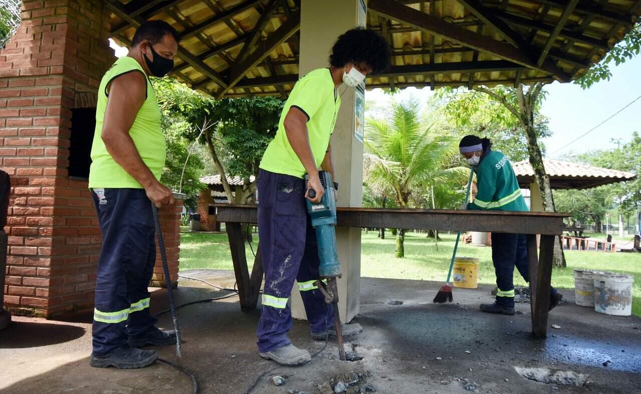 Quiosques estão recebendo melhorias estruturais, trocas de telhas e impermeabilização