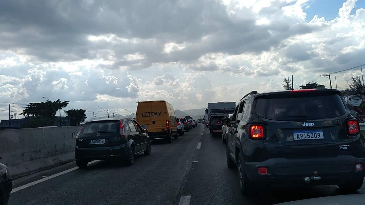 Acidente deixa tráfego lento na divisa entre Santos e Cubatão