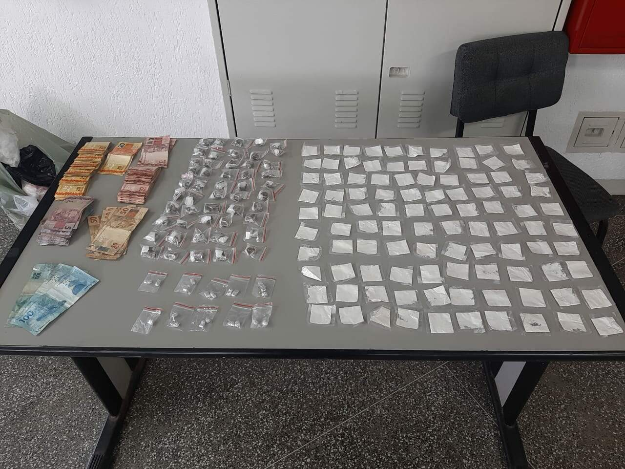 Operação apreendeu quantias de dinheiro e drogas na Baixada Santista