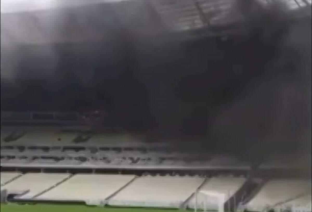 Fumaça toma conta da parte superior do estádio